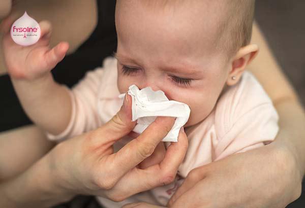 Sử dụng giấy mềm lau mũi cho trẻ