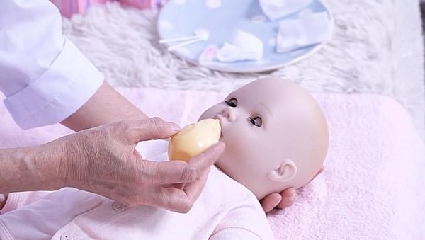 Sử dụng quả bóng hút dịch mũi cho bé