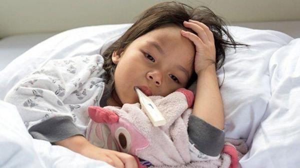 Theo dõi nhiệt độ sát sao khi trẻ bị sốt